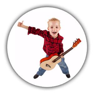 Junge mit Kindergitarre