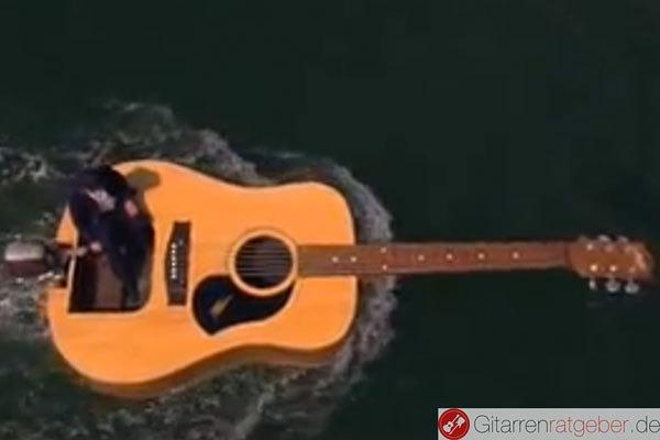 Gitarre schwimmt