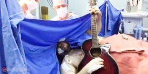 Gitarre spielen während Operation
