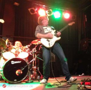 Thomas Blug spielt Gitarre