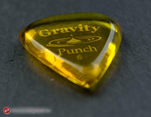 Gravity Picks Plektrum Punch 6 vor schwarz seitlich
