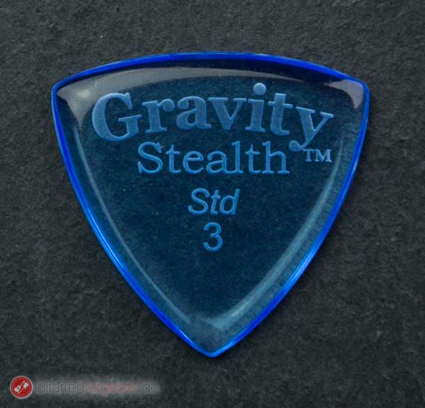 Gravity Picks Plektrum Striker Std. 3 blau vor schwarz