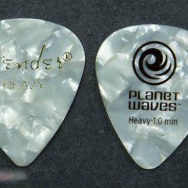 Planet Waves Standard Plektrum Größenvergleich mit weissen Fender 351 Pick