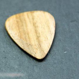 Timber Tones Holzpick vor schwarz seitlich