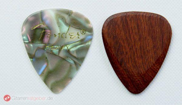 Timber Tones Santos Rosewood Plektrum Größenvergleich