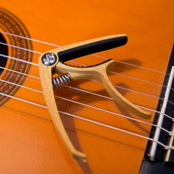 Musiklife Premium Kapodaster auf Konzertgitarrensaiten
