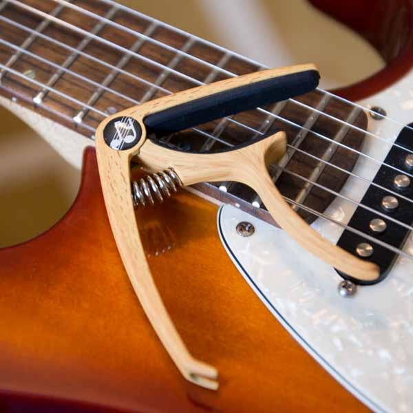 Musiklife Premium Kapodaster auf E-Gitarre