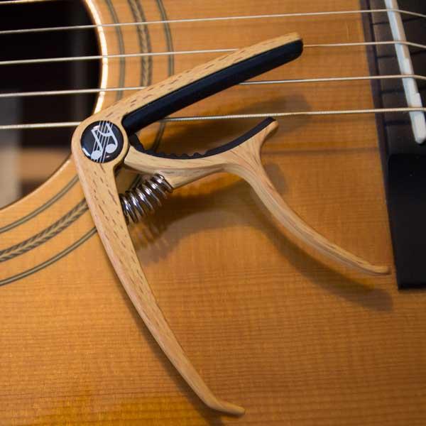 Musiklife Premium Kapodaster auf Westerngitarre
